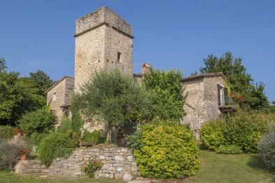 6 BEDROOM FARMHOUSE WITH TOWER FOR SALE BETWEEN TODI AND ORVIETO  Maggiori Dettagli e Foto