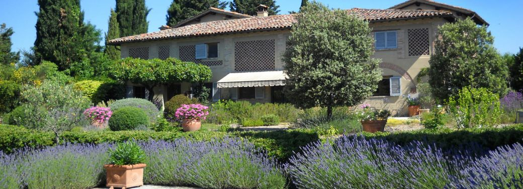 FARMHOUSE WITH GARDEN AND STUNNING VIEWS FOR SALE IN UMBRIA