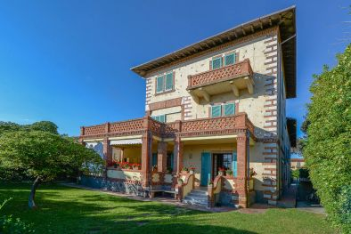Villa on the seaside with dependance for sale in Forte dei Marmi, Tuscany  Maggiori Dettagli e Foto