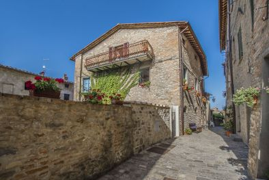 APARTMENT WITH PANORAMIC VIEW IN THE HISTORICAL CENTRE, MONTONE  Maggiori Dettagli e Foto