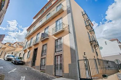 2-BEDROOMED APARTMENT WITH GARDEN FOR SALE IN LISBON, PORTUGAL  Maggiori Dettagli e Foto