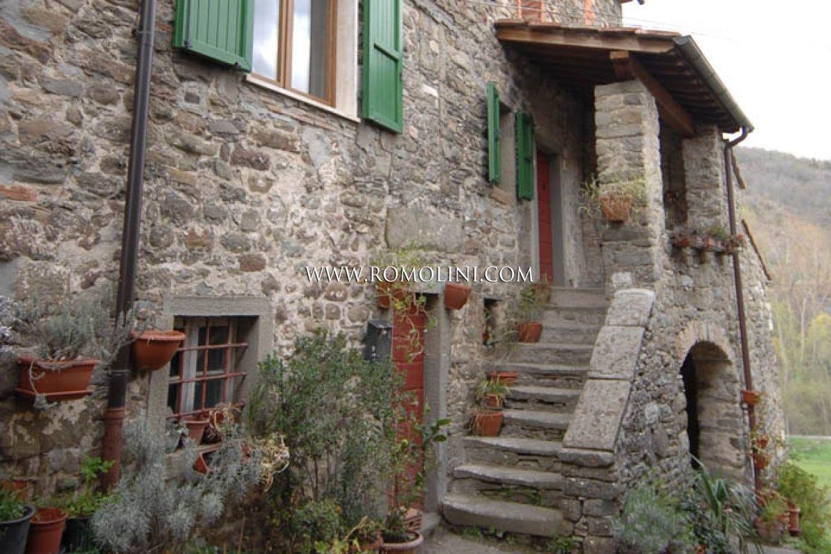 Caprese michelangelo tuscany old stone rustic house for Interni casali ristrutturati