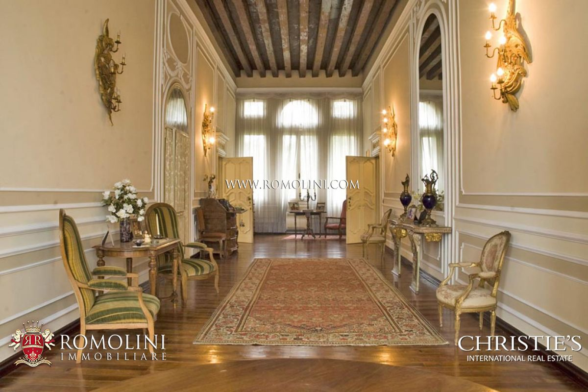 Venetian villa with park for sale for Sale arredate