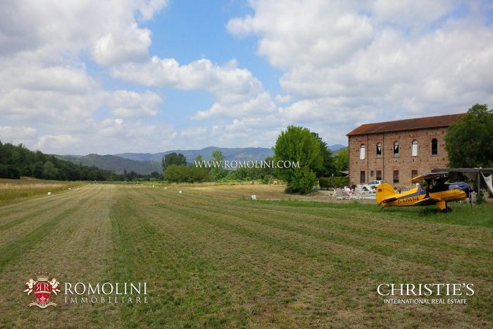 SMALL PRIVATE AIRFIELD, ITALIAN PROPERTY FOR SALE IN TUSCANY