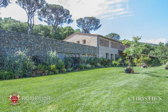 FARMHOUSE WITH 200 HA OF LAND FOR SALE IN THE UMBRIAN COUNTRYSIDE
