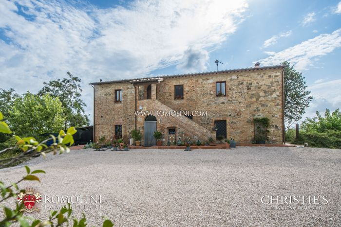 CITTÀ DELLA PIEVE: RESTORED FARMHOUSE WITH POOL FOR SALE