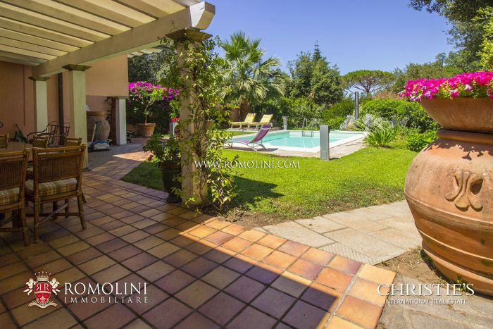 PUNTA ALA: VILLA WITH GARDEN AND POOLS FOR SALE