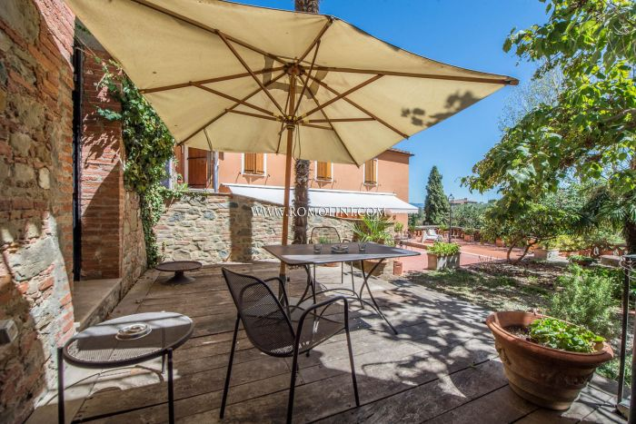 SINALUNGA: TOWNHOUSE IN THE HISTORIC CENTRE WITH GARDEN AND TERRACE