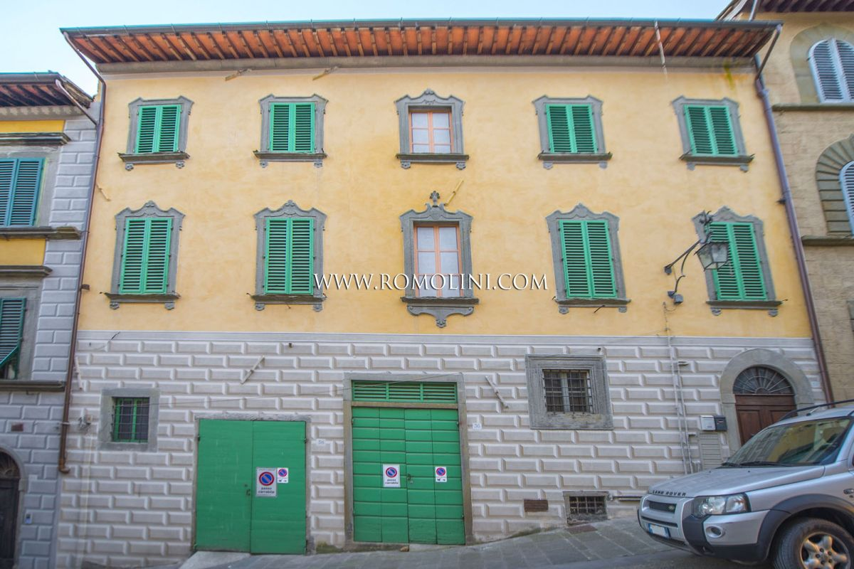 ANGHIARI, TUSCANY: HISTORIC BUILDING WITH THEATER-HALL FOR SALE, HISTORICAL CENTRE, PANORAMIC VIEW, APARTMENT