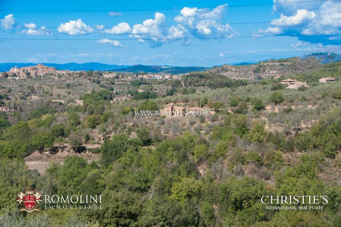 SIENA, TUSCANY: FARMHOUSE WITH POOL AND PANORAMIC VIEW FOR SALE