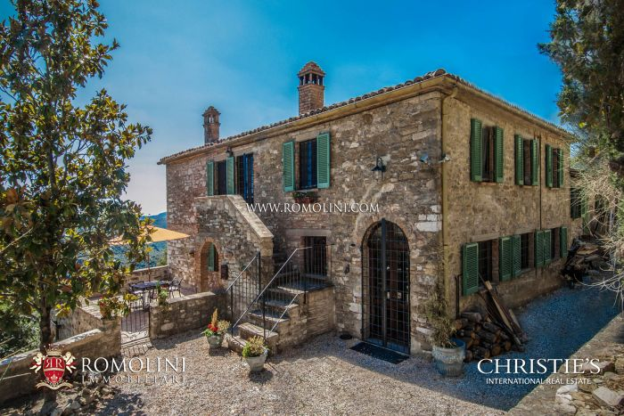 UMBERTIDE: FARMHOUSE WITH PANORAMIC VIEW AND POOL