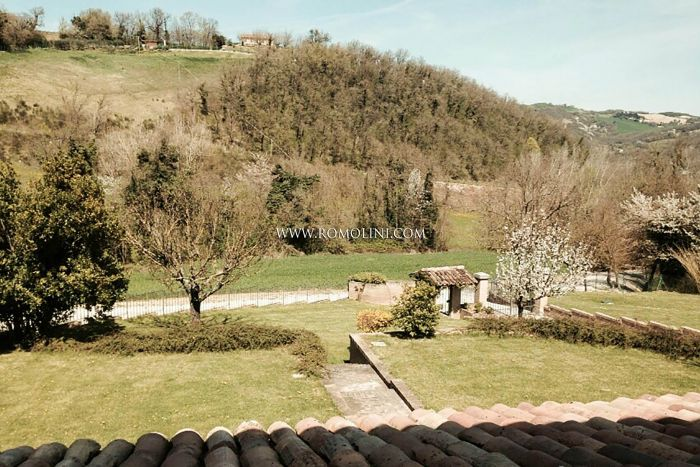 ACQUALAGNA, MARCHE: VILLA WITH DEPENDANCE FOR SALE