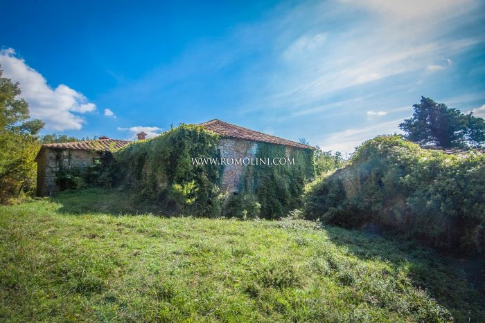 TYPICAL STONE FARMHOUSE TO BE RESTORED FOR SALE, TUSCANY
