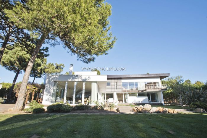 QUINTA DA MARINHA, CASCAIS: MODERN VILLA WITH PARK AND POOL FOR SALE
