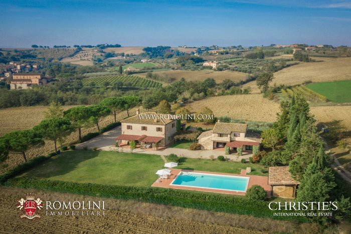UMBRIAN FARMHOUSE WITH POOL FOR SALE IN MARSCIANO