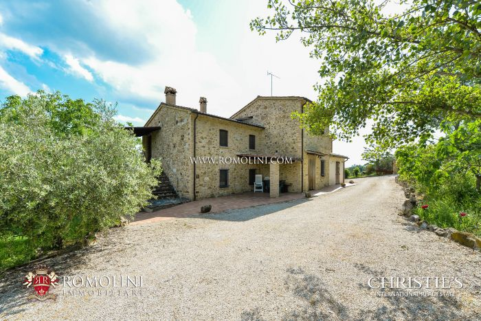 FARMHOUSE WITH 5 APARTMENTS FOR SALE IN UMBERTIDE, UMBRIA