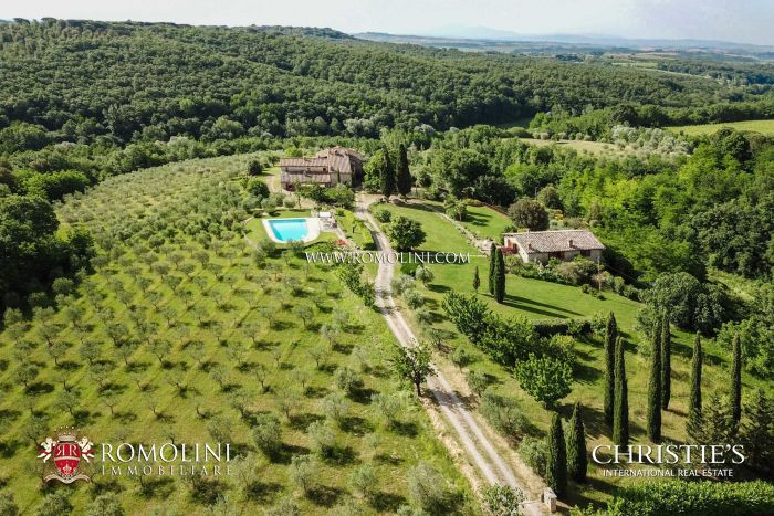 FARMHOUSE FOR SALE IN CHIANTI