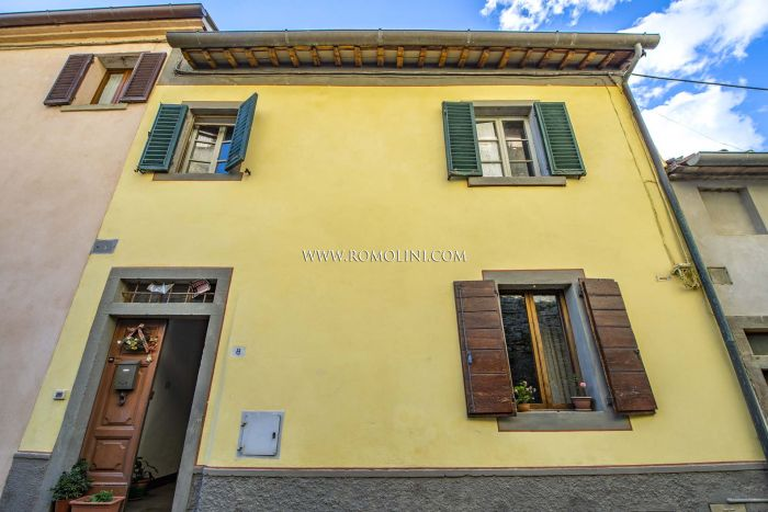 2-BEDROOM APARTMENT FOR SALE IN THE HISTORIC CENTER OF MONTERCHI