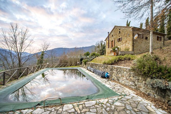 RUSTIC FARMHOUSE WITH POOL FOR SALE IN TUSCANY, AREZZO