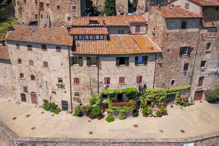 TOWNHOUSE WITH PANORAMIC VIEW FOR SALE ALONG THE RAMPARTS OF ANGHIARI, TUSCANY
