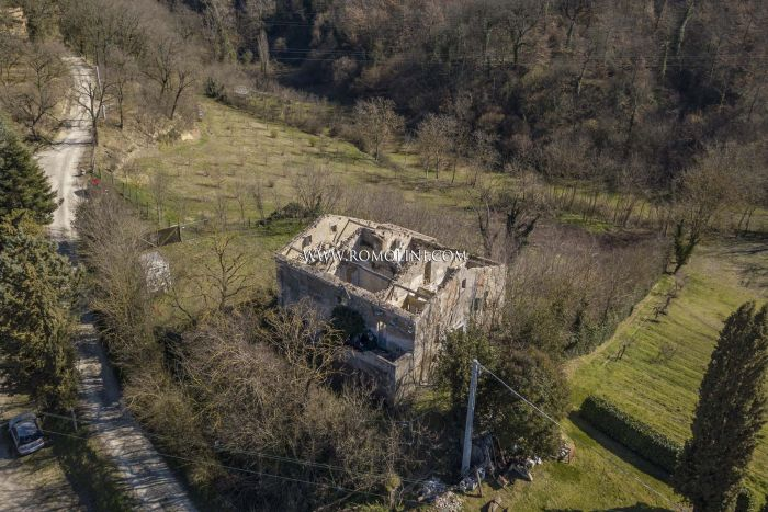 RUINED FARMHOUSE FOR SALE IN CITTÀ DI CASTELLO, UMBRIA
