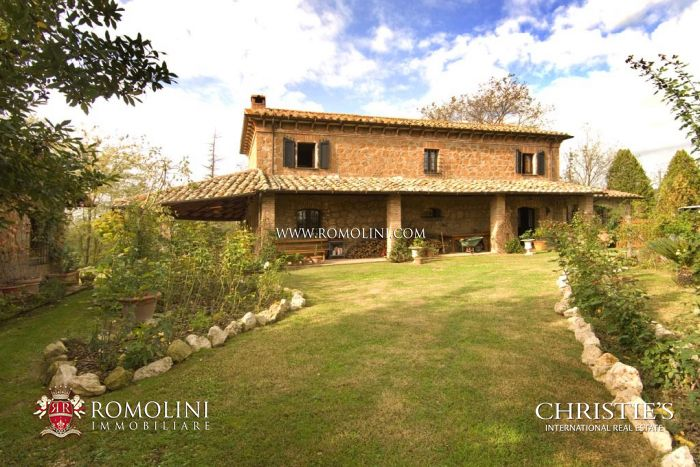 Old stone farmhouse for sale in Latium