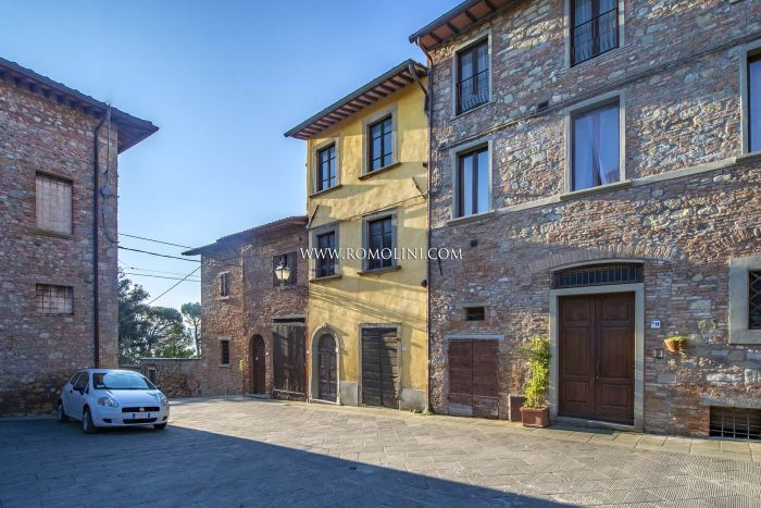 Umbria: townhouse with panoramic terrace for sale