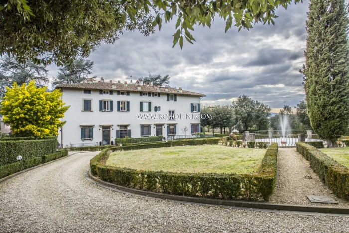 SETTIGNANO, FLORENCE: APARTMENT IN VILLA WITH PARKING FOR SALE